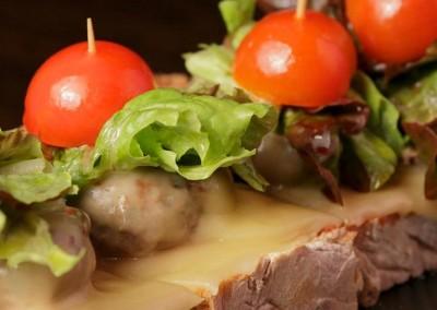 Tosta de Solomillo y Ensalada